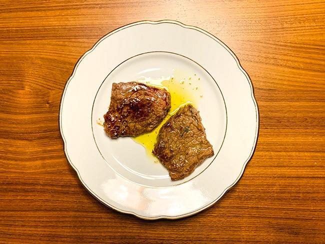Gegrilltes Fleisch mit Salmoriglio