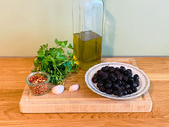 Marinierte schwarze Oliven